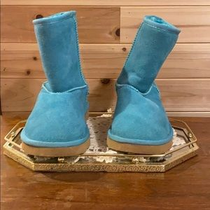 WOMENS UGG WINTER BOOTS. BLUE/GREEN SIZE 8.